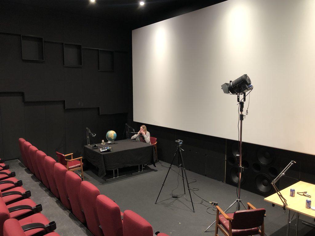 Overblikksbilde av podcast studio før innspilling på både lyd og video